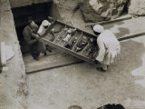 Tray of Chariot Parts Being Removed from the Tomb of Tutankhamun, Valley of the Kings, 1922 Photographie par Harry Burton