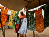 A Sudanese Woman Buys a Dress for Her Daughter at the Zamzam Refugee Camp Lámina fotográfica por Nasser Nasser