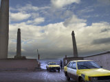 Taxis Pass a Guard in Herat, Afghanistan, in This December 7, 2001 Photo Fotografie-Druck von Kamran Jebreili