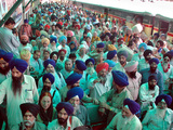 Indian Sikh Pilgrims Wait for Immigration Clearance at Wagah Railway Station Near Lahore Fotografie-Druck