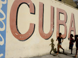 Cuban Girls Run in a Street in Havana, Cuba, Thursday, August 10, 2006 Impressão fotográfica por Javier Galeano