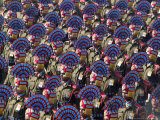 A Paramilitary Contingent Marches at the Republic Day Parade in New Delhi, India, January 26, 2007 Lmina fotogrfica por Mustafa Quraishi