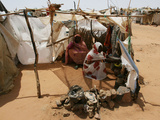 Two Sudanese Women Sit at a Make Shift Hut Fotografisk tryk