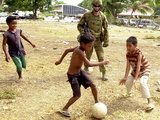 An Australian Soldier Plays with Displaced East Timorese Children Papier Photo