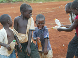 Children Play with Water Near a Zimbabwean Movement for Democratic Change (MDC) Election Rally Fotografisk tryk