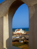 St George's Castle Through Arched Window at St Jago Fort, Elmina Castle, Elmina, Ghana Fotografisk tryk af Alison Jones