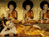 Reclining Buddha, Shwedagon Pagoda, Yangon, Myanmar Photographie par Inger Hogstrom