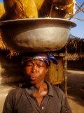 Alison Jones - Woman Carrying Pan Filled with Baobab Fruit, Boku, Ghana Fotografická reprodukce