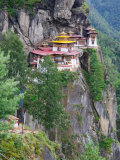 Taktsang (Tiger&#39;s Nest) Dzong Perched on Edge of Steep Cliff, Paro Valley, Bhutan Photographie par Keren Su