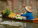 Old Woman Paddling Boat at Floating Market, Damoen Saduak, Thailand Photographie par Gavriel Jecan