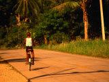 Boy Riding Bike on Dirt Road, Ko Samui, Surat Thani, Thailand Fotografie-Druck von Dallas Stribley