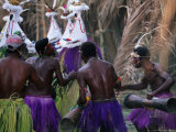 Group of Men Doing Traditional Dance, Papua New Guinea Fotografie-Druck von Peter Hendrie