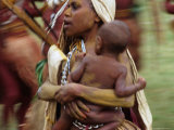 Mother Carrying Baby, Blur, Papua New Guinea Fotografisk tryk af Peter Hendrie