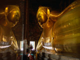 Reclining Buddha in Wat Thammamongkhon, Bangkok, Thailand Fotografisk tryk af Paul Beinssen