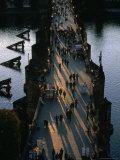 People Crossing Charles Bridge, Prague, Czech Republic Photographie par Martin Moos