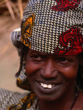 Close Up of a Traditionally Attired Woman in Colourful Headwear Near the Niger River, Mali Photographie par Patrick Syder