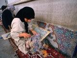 Women Weaving Carpets in Factory, Esfahan, Iran Fotografie-Druck von Phil Weymouth