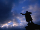 Lenin Statue Silhouetted Against Sky Outside Finland Station, St. Petersburg, Russia Photographie par Jonathan Smith