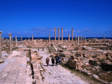 Main Temple Area and Thoroughfare in Roman City, Sabratha, Libya Photographie par Patrick Syder