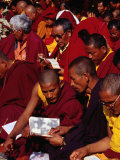 Monks Reading Sacred Text During Puja (Prayers) at Mahabodhi Temple, Bodhgaya, Bihar, India Photographie par Richard I'Anson