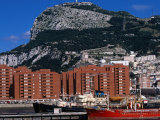 Port and Apartment Blocks Beneath Rock of Gibraltar, Gibraltar, Gibraltar Photographie par Wayne Walton