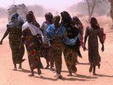 Women Walking Out of Town, Maradi, Niger Fotografisk tryk af Oliver Strewe
