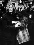 John Lennon with Yoko Ono Leave Marylebone Magistates Court, October 1968 Photographie
