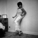 Shirley Bassey, Posing in Long Dress in Dressing Room, May 1965 Fotografie-Druck