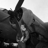 Steve Mcqueen Filming the War Lover Standing by Boeing B17, November 1961 Reproduction photographique