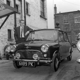 Peter Sellers at the Hooper Works in Kilburn London and His Mini Cooper, May 1963 Fotografisk tryk