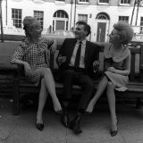 Billy Fury with Co Stars Jackie Sands (Right) and Karen Andrews Fotografisk tryk