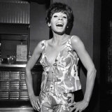 Shirley Bassey at the Prince of Wales Theatre, Wearing a Pink Beach Suit, July 1966 Fotografie-Druck