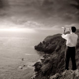 Man Looking Through Telescope at Horizon Fotoprint av Jon Riley