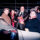 Liberace Wearing a Racoon Skin Coat at Heathrow Airport with Fans Fotografie-Druck