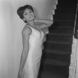 Shirley Bassey Wearing Silk Dress and Standing at the Foot of the Stairs at Home, 1962 Fotografie-Druck