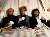 Members of the Bee Gees Barry Gibb Right with Brothers Robin Gibb Centre and Maurice Gibb Fotografisk tryk