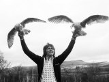 Billy Fury Ex Pop Star on the Farm with Two Gulls, February 1977 Fotografisk tryk
