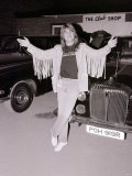 Black Sabbath Singer Ozzy Osbourne Poses Next to a Car after Performing in Concert, August 1981 Fotografie-Druck