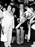 Liberace Pianist and Entertainer Meets His Lady Fans at Heathrow Airport Fotografie-Druck