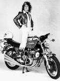 Marc Bolan Standing on Motor-Bike, 1976 Fotografisk tryk