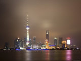 China, Shanghai, Pudong Skyline Across Huangpu River Photographie par Gavin Hellier