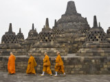 Buddhist Monks, Borobudur, Java, Indonesia Fotografie-Druck von Peter Adams