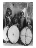 Masai Warriors in War Dress in Kenya Photograph - Kenya Affiches par  Lantern Press
