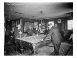 Grupo de caballeros jugando al billar en un salón de billar, fotografía Láminas por  Lantern Press