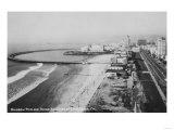 Long Beach, California Rainbow Pier and Ocean Blvd. Photograph - Long Beach, CA Kunstdrucke von  Lantern Press