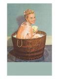 Blonde savonneuse dans une petite barrique d'eau Affiches