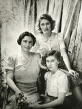 Her Majesty Queen Elizabeth the Queen Mother, Princess Elizabeth and Princess Margaret Lámina fotográfica por Cecil Beaton