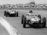 Graham Hill Leads in his Lotus 16 from Jack Brabham in Cooper T45, 1958 British Grand Prix Fotografisk tryk