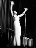Shirley Bassey Pictured During a Performance at the Capitol Theatre, Cardiff - March 1963 Fotografie-Druck