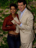 Pierce Brosnan Hugs Halle Berry, Press Conference in Cadiz, During Filming of Die Another Day Fotografisk tryk